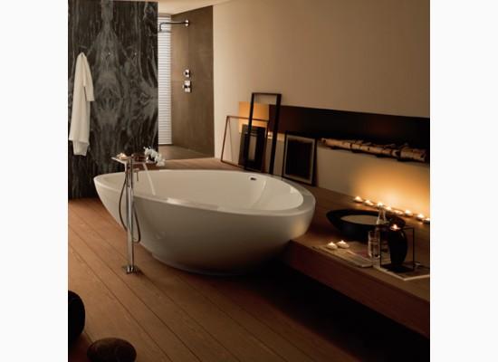 Samostatně stojící vana v extravagantním interiéru