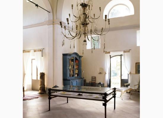 Italský obývací pokoj kombinující antik s modernou