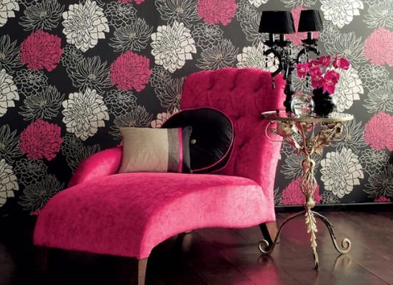 Květinová tapeta a růžové sofa