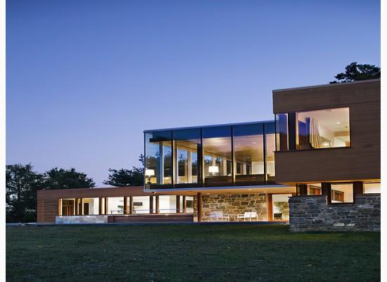 Moderní design kombinuje dřevo a kámen