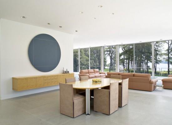Obývací pokoj s extravagantním modrým obrazem